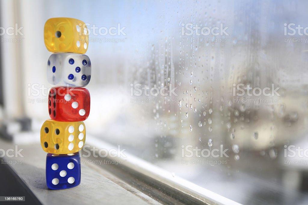 Dia chuvoso com colorido dados no Peitoril de Janela foto royalty-free