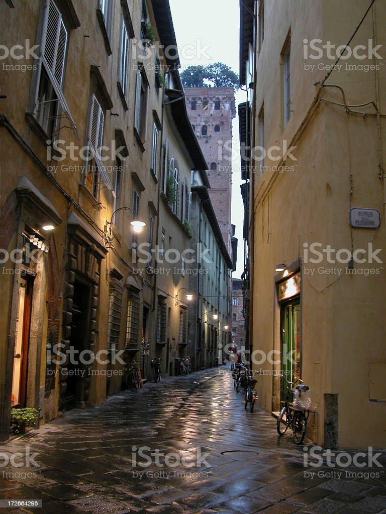 Pioggia alla sera a Lucca foto stock royalty-free