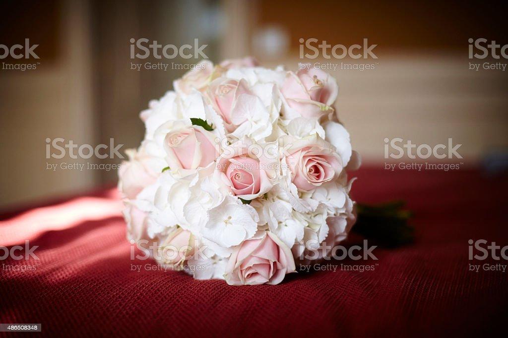 Ramo de flores naturales (rosas y petunias) stock photo