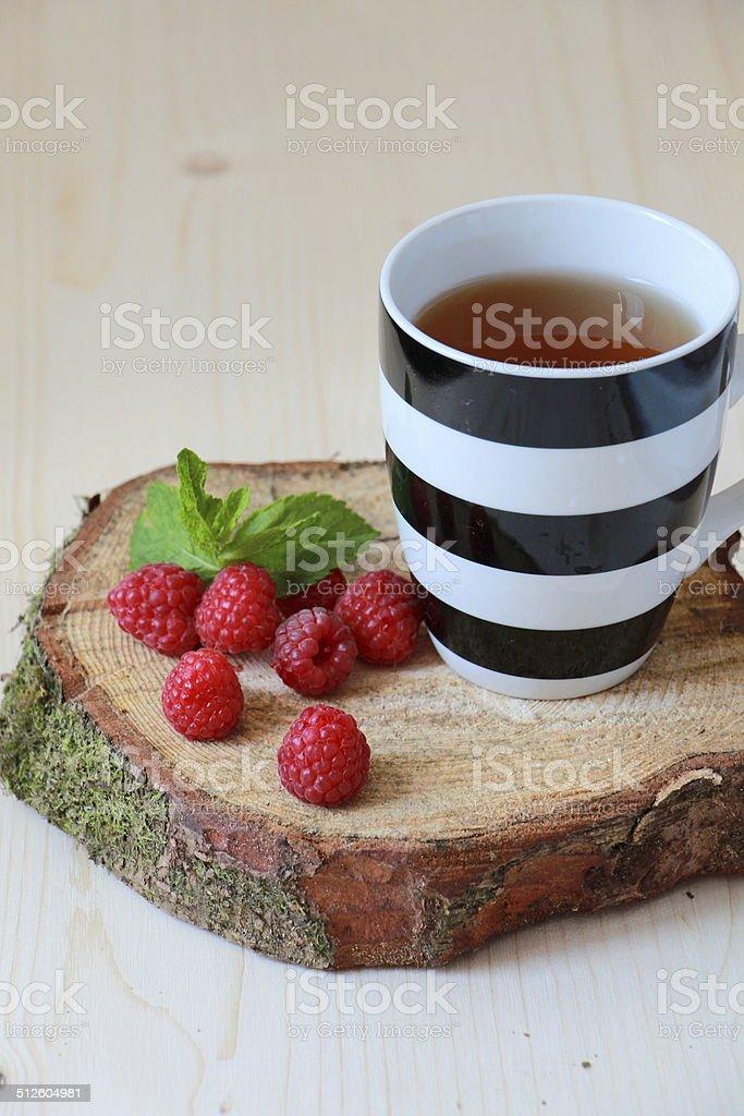 raspberries и чашечкой чая Стоковые фото Стоковая фотография