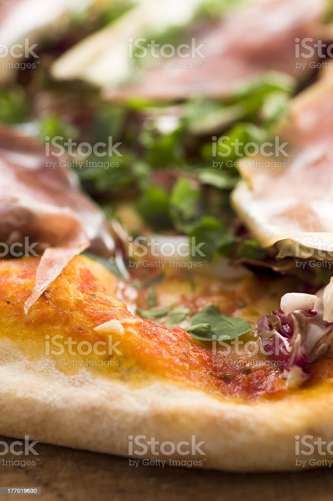 pizza al prosciutto crudo e insalate photo libre de droits