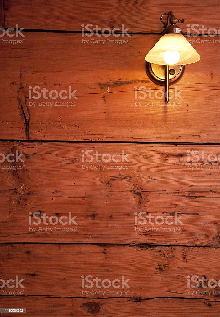 Dunkles Holz Wand mit retro Lampe. Warmen Farben. Lizenzfreies stock-foto