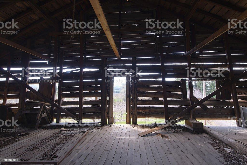Raggi di luce attraverso la parete in legno foto stock royalty-free