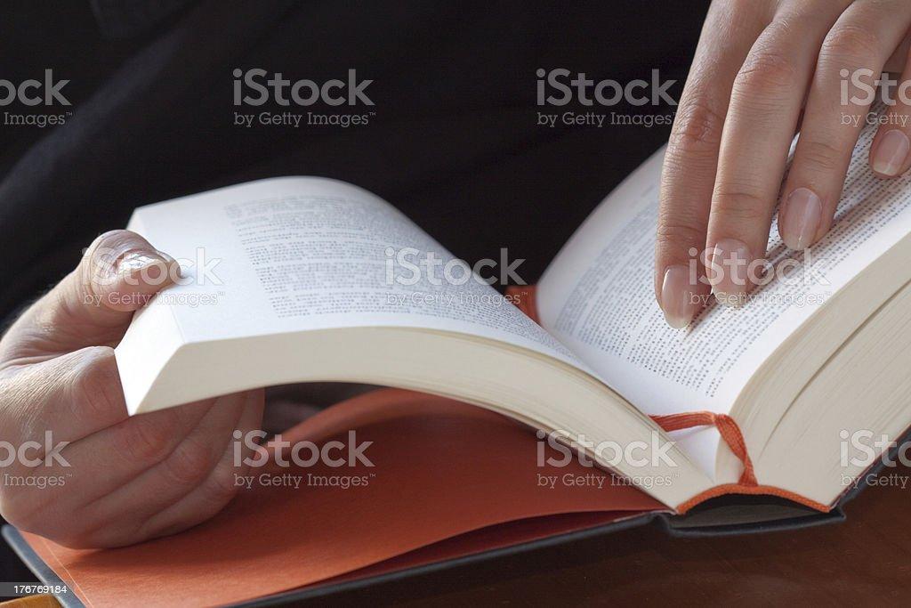 Ler um livro foto de stock royalty-free