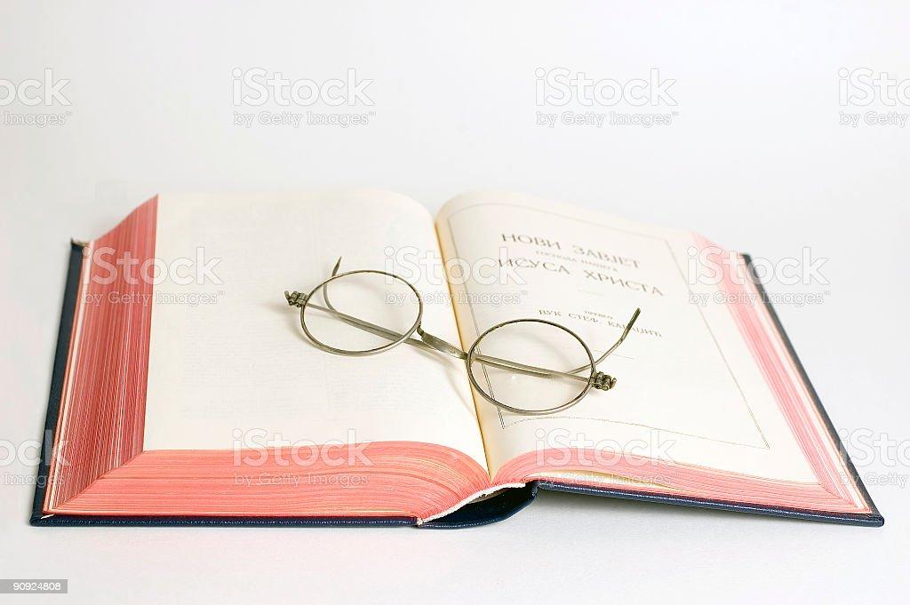 Occhiali da lettura su Bibbia foto stock royalty-free
