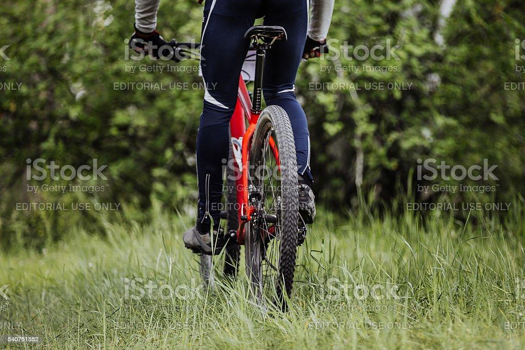 리어 뷰-자전거 휠 및 암컷 자전거 타는 사람 탈것 royalty-free 스톡 사진