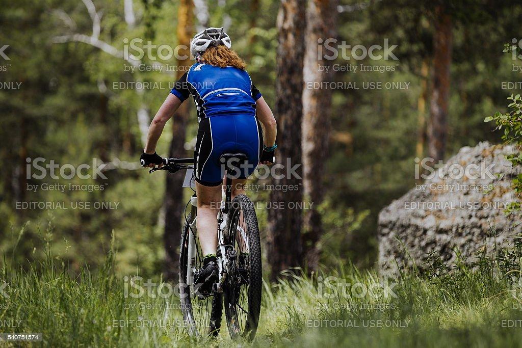 리어 뷰-cyclist 탑승형 여자 royalty-free 스톡 사진