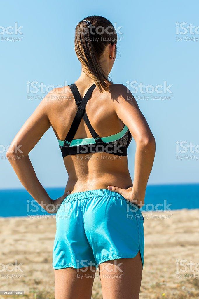 Rear view of muscular female athlete. photo libre de droits