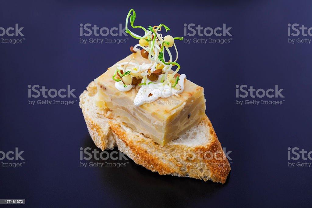 Rebanadita con tortilla y brotes de lenteja stock photo