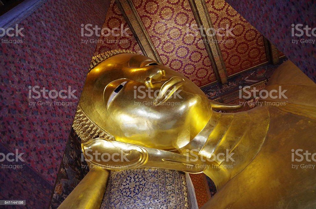 Buda reclinado dentro del Wat po en Bangkok Tailandia foto de stock libre de derechos