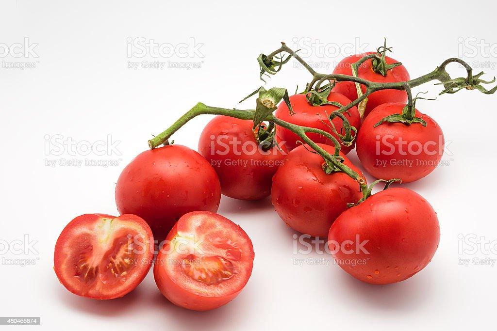 Vermelho e tomates frescos no the vine isolada no branco foto royalty-free