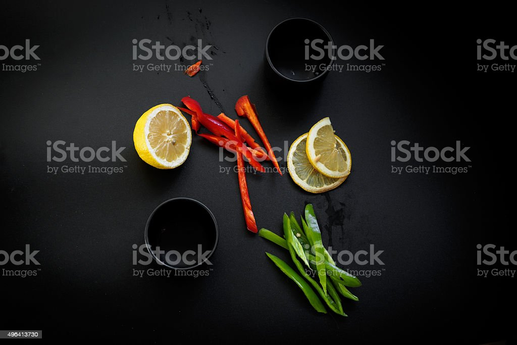 Pimentões vermelho e verde e limão. Low key iluminação natural foto royalty-free