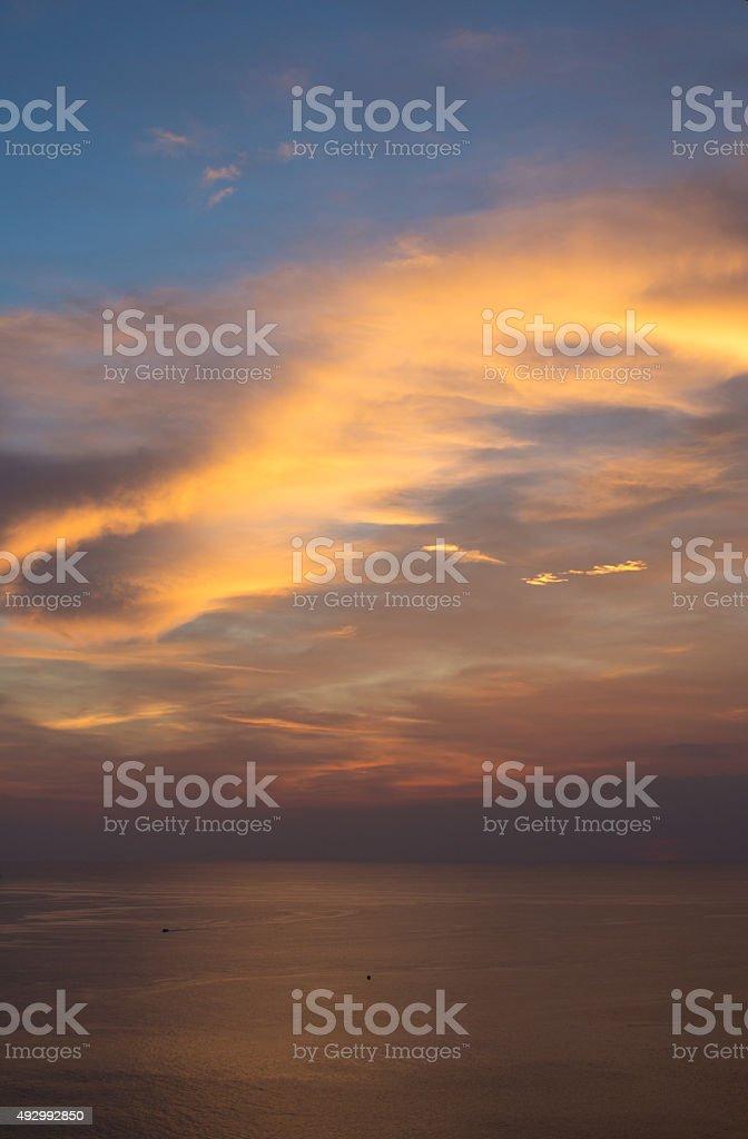 Красный и оранжевый закат вечером волна фон с облаками и море Стоковые фото Стоковая фотография