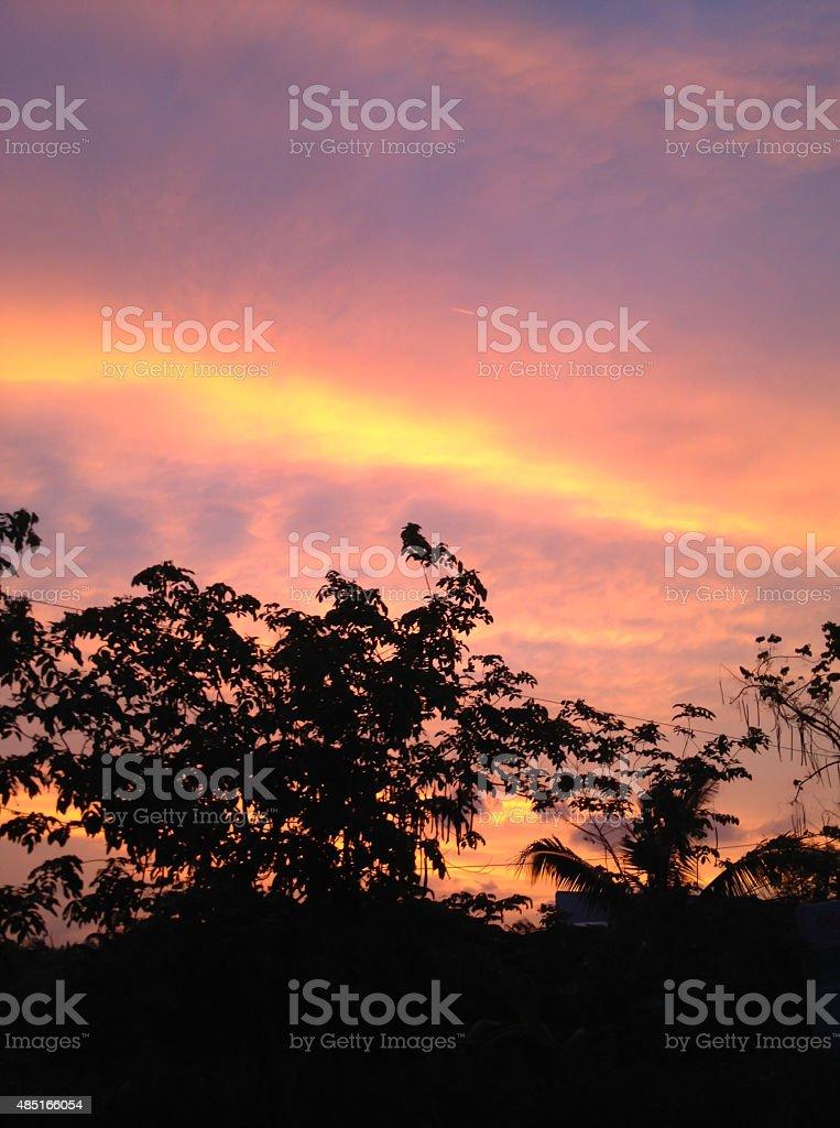 Красный и фиолетовый закате вечером фоне Стоковые фото Стоковая фотография