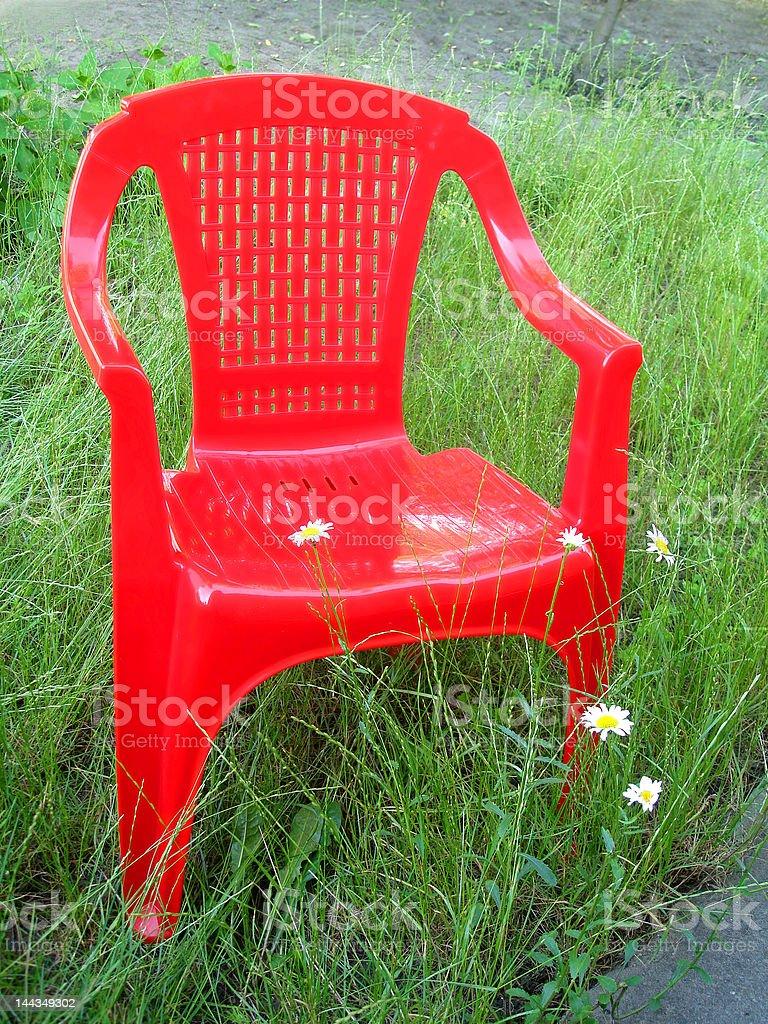 Cadeira vermelha no jardim verde (vida ao ar livre foto de stock royalty-free