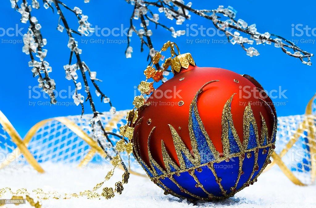 Bola vermelha de Natal e Árvore de Inverno foto de stock royalty-free