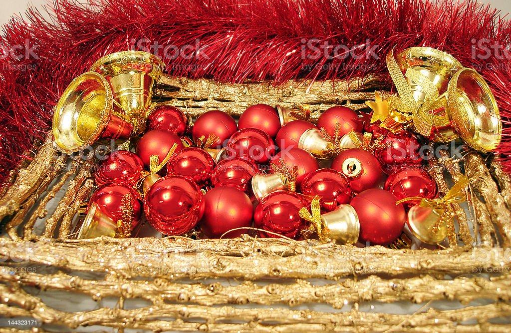 Bolas de Natal de vermelho e handbells na moldura dourada com Grinalda foto de stock royalty-free