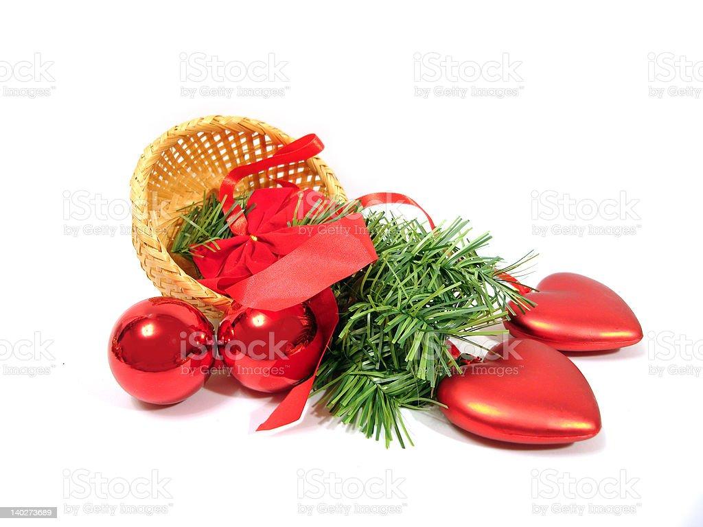 Bolas de Natal vermelha em pêlo-Árvores de ramificação num cesto sobre branco foto de stock royalty-free