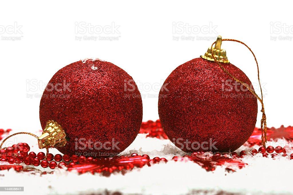 Bolas de Natal vermelha em fundo de Neve foto de stock royalty-free