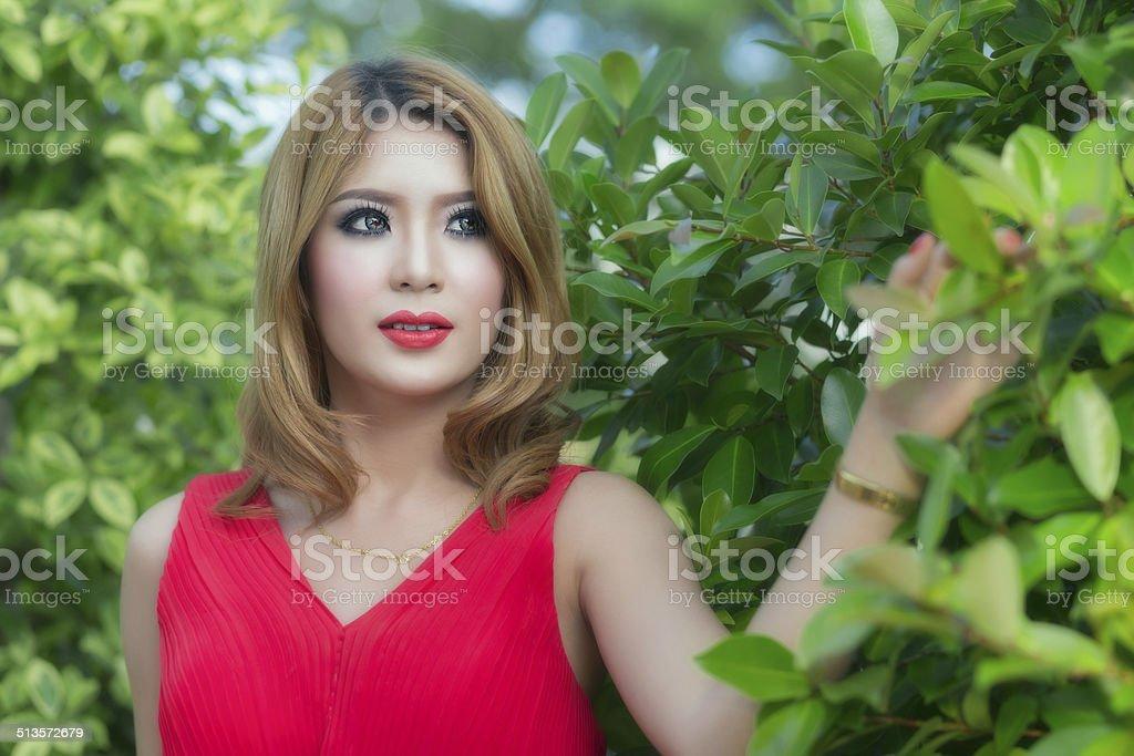 Roten Kleid Mädchen posieren auf den Garten Lizenzfreies stock-foto
