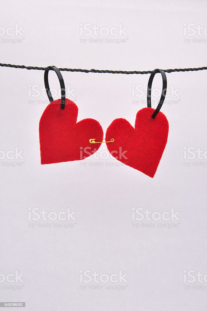 Red felt hearts pinned together on a line foto de stock libre de derechos