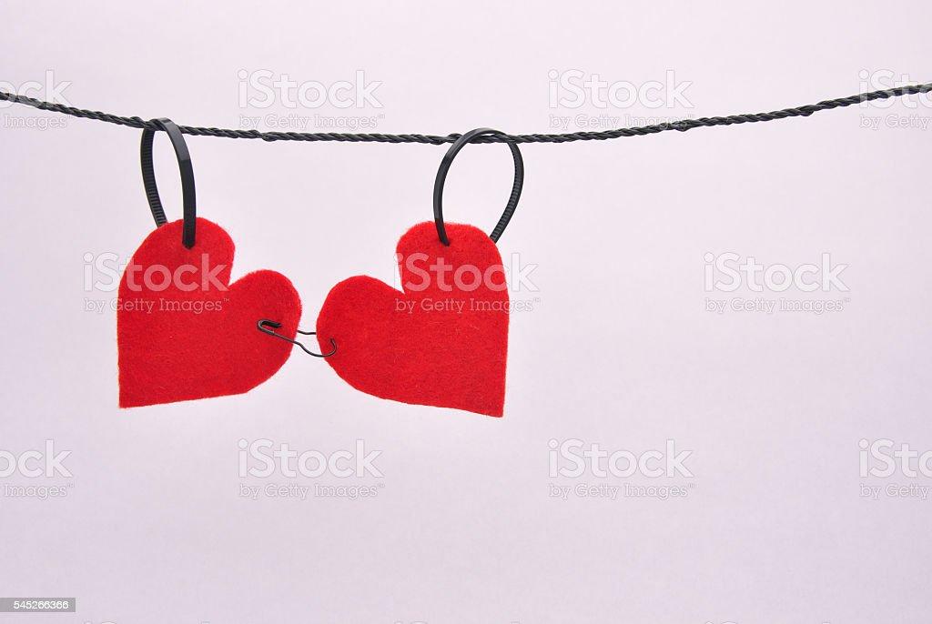 Red felt hearts pinned together on a line foto de stock libre de derechos