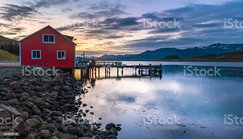 Haus am meer bei sonnenuntergang  Rot Fischer Mann Haus Meer Während Sonnenaufgang Im Eskifjorour ...