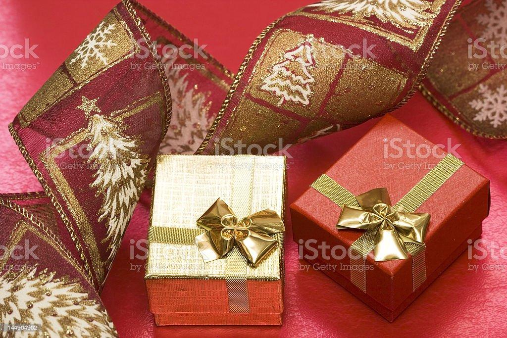 Caixas de presente com fita vermelha foto de stock royalty-free
