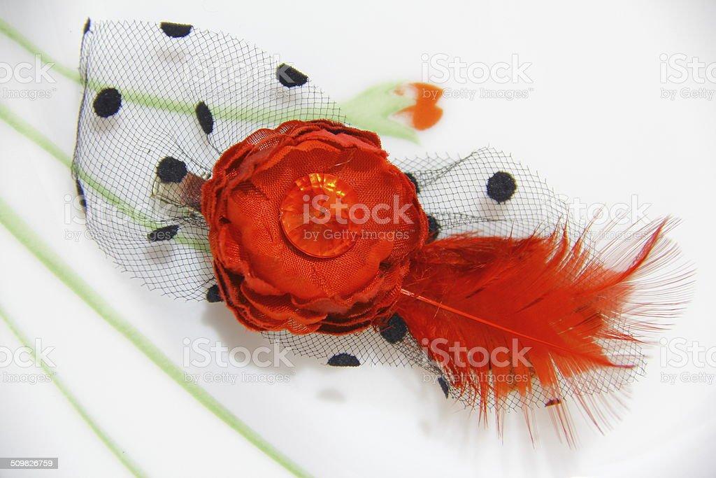 Ornement de cheveux rouge avec fleur rouge et de plumes photo libre de droits