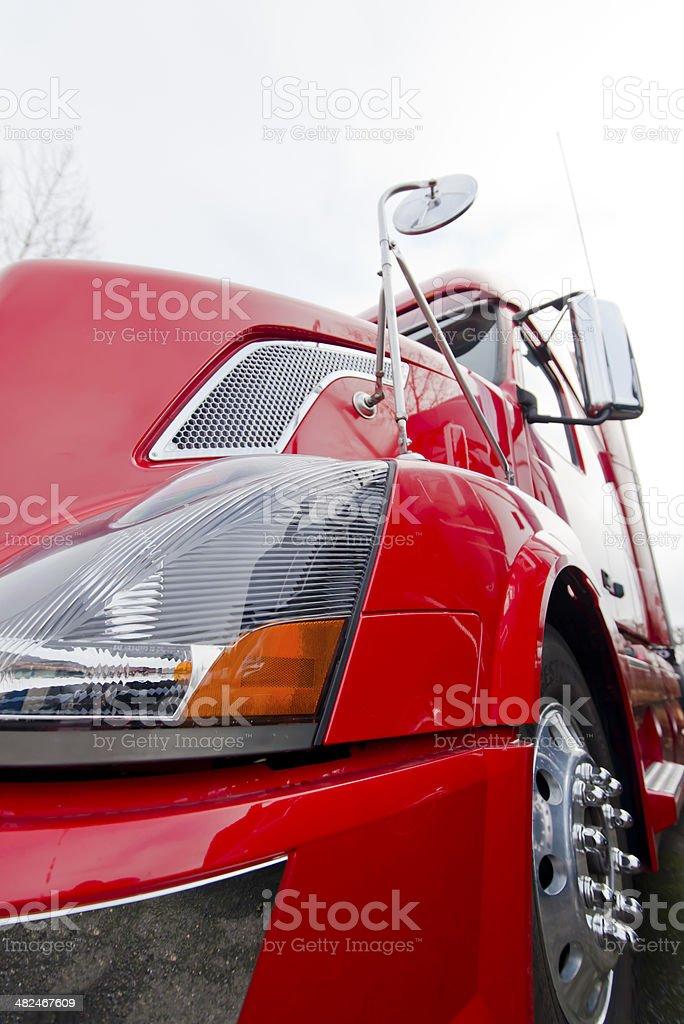 Camion semi rosso moderno vicino su sfondo chiaro foto stock royalty-free