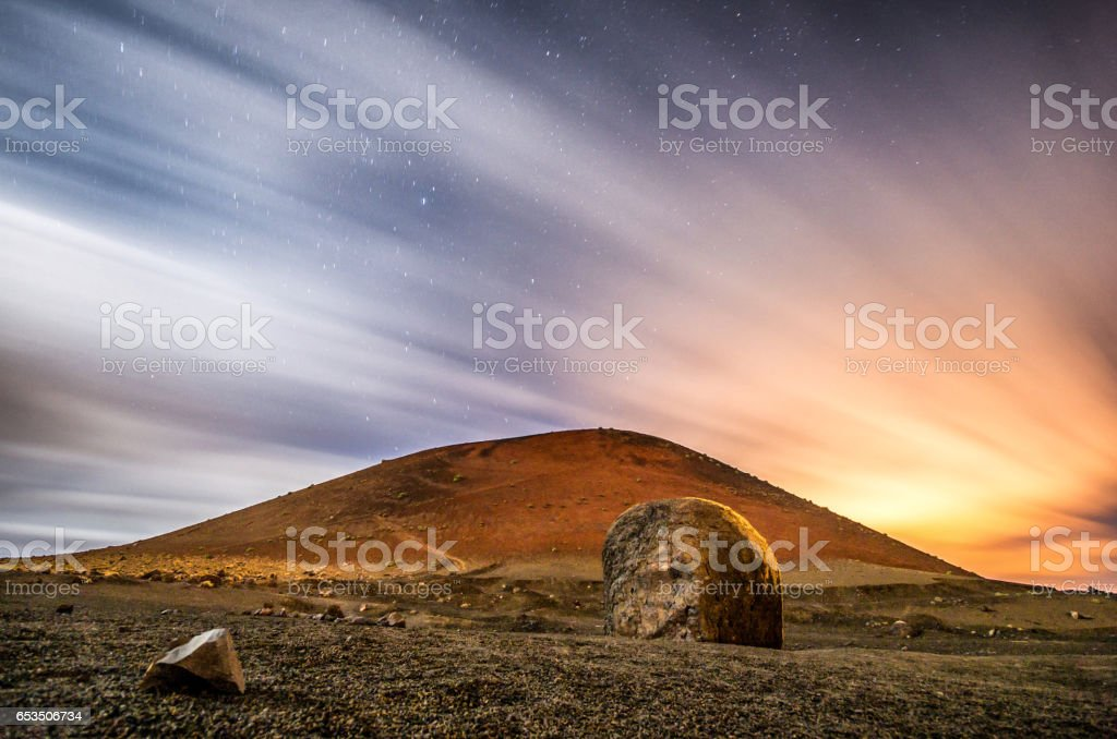 volcan montaña colorada night stock photo