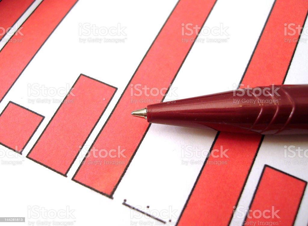 Caneta vermelha no diagrama de um relatório financeiro foto de stock royalty-free