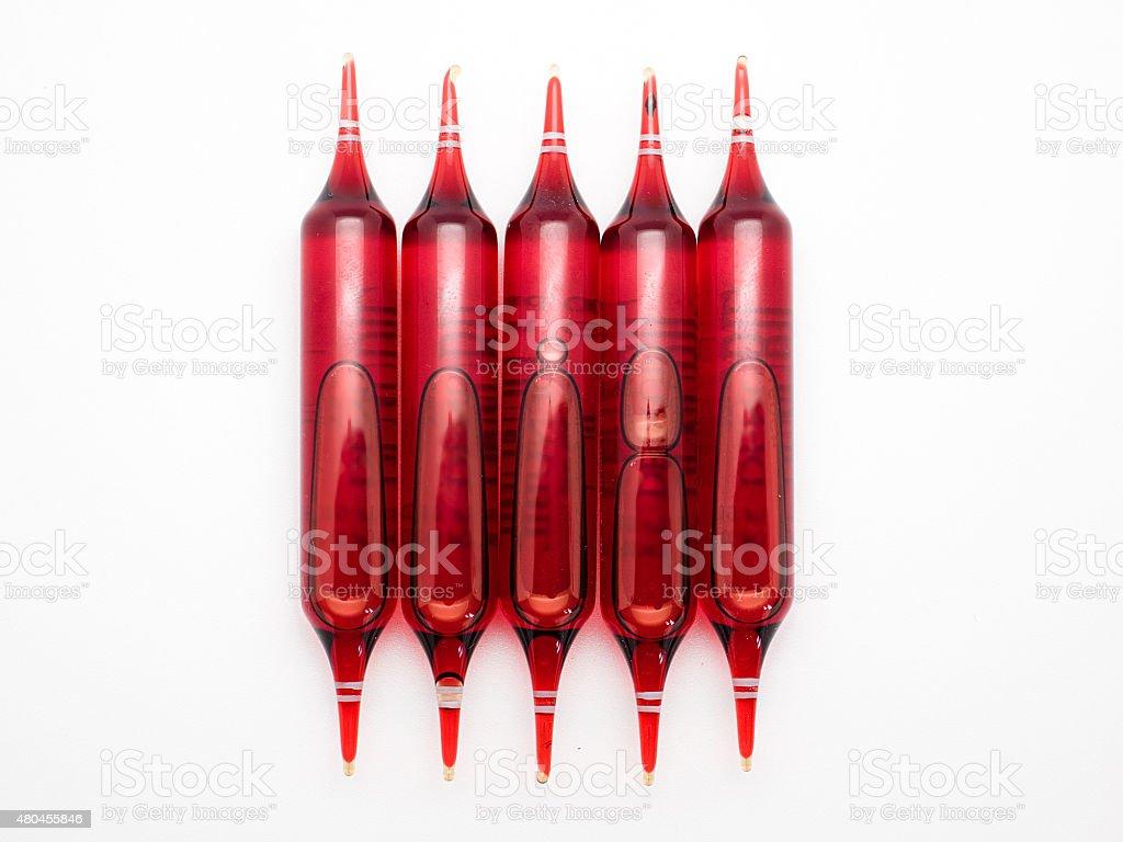 Frascos de vermelho. Conjunto de ampules isolado no fundo branco foto royalty-free
