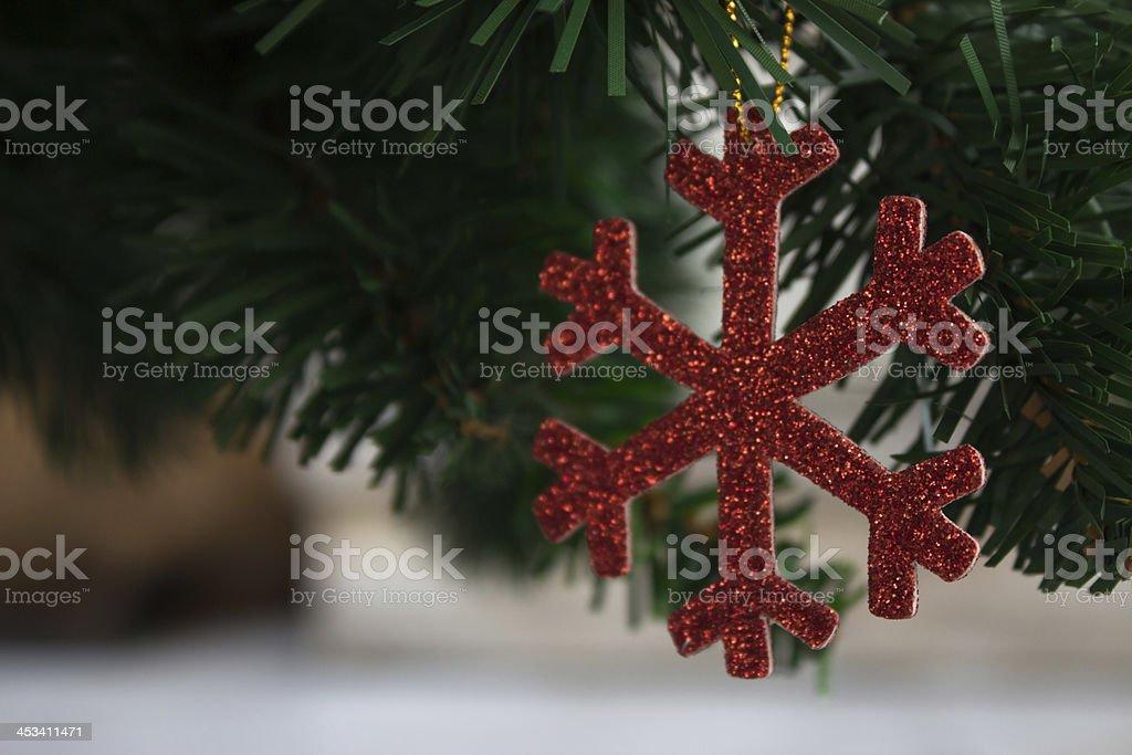 Красный Снежинка и блестящий серебряный пластиковые Рождественские украшения с орнаментом Стоковые фото Стоковая фотография