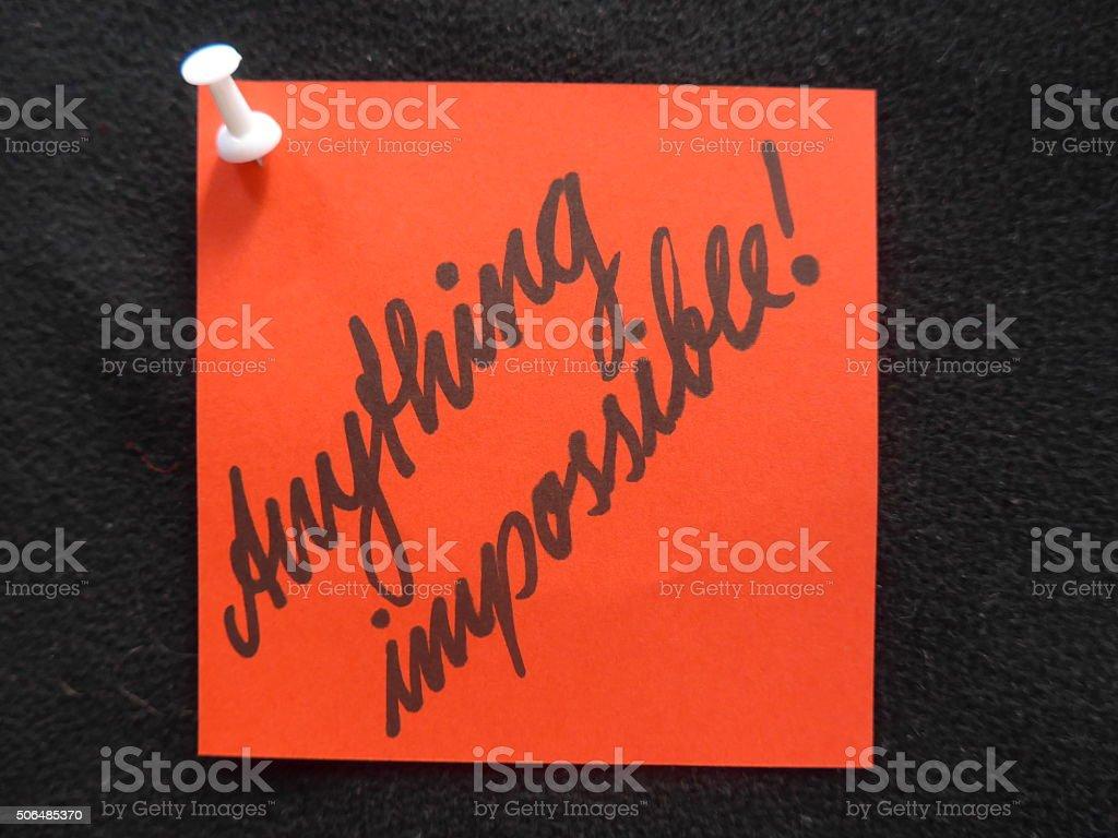 """Rojo nota adhesiva dice """" anyting imposible"""" . foto de stock libre de derechos"""