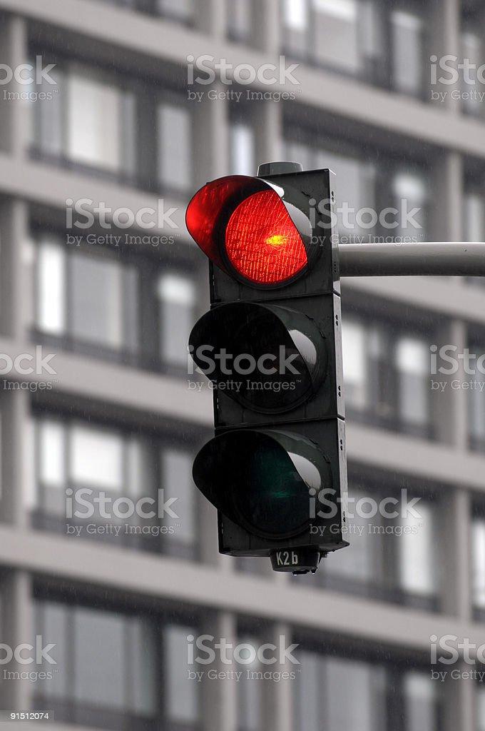 Rote Verkehrsampel vor Hochhausfassade, Hamburg stock photo