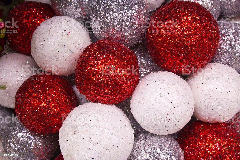 Rouge, blanc et argent et boules de Noël en arrière-plan photo libre de droits