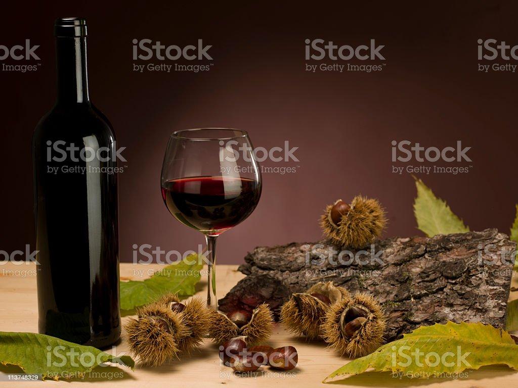 vino rosso bicchiere bottiglia castagne foglia corteccia royalty-free stock photo