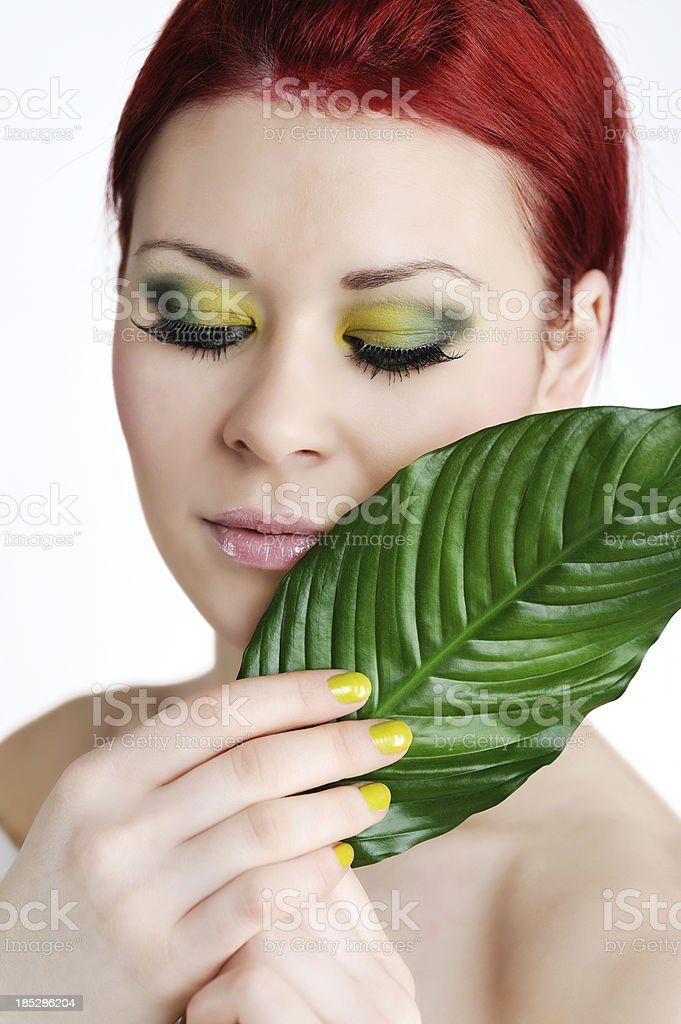 Redhead Woman with Green Make-Up und Leaf Beauty royalty-free stock photo