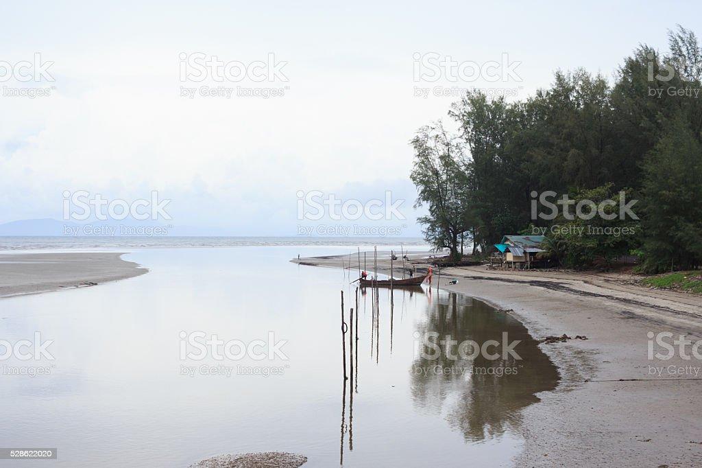 refect из рыбацкой лодке в море после дождь и туман Стоковые фото Стоковая фотография