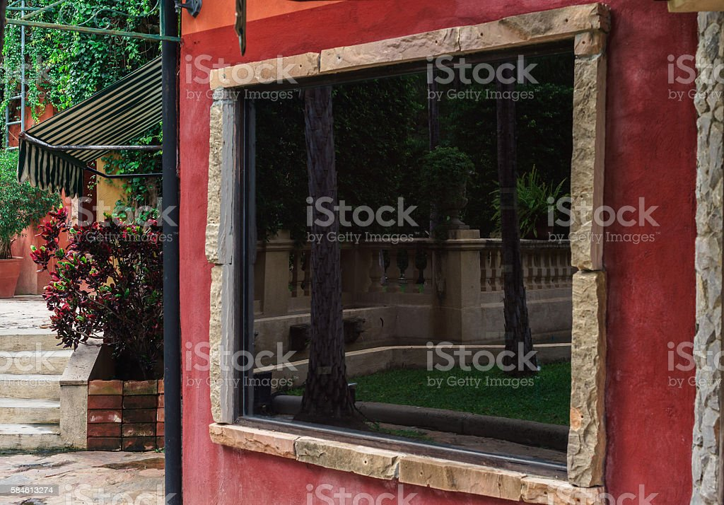 Reflection in glass window on red wall photo libre de droits