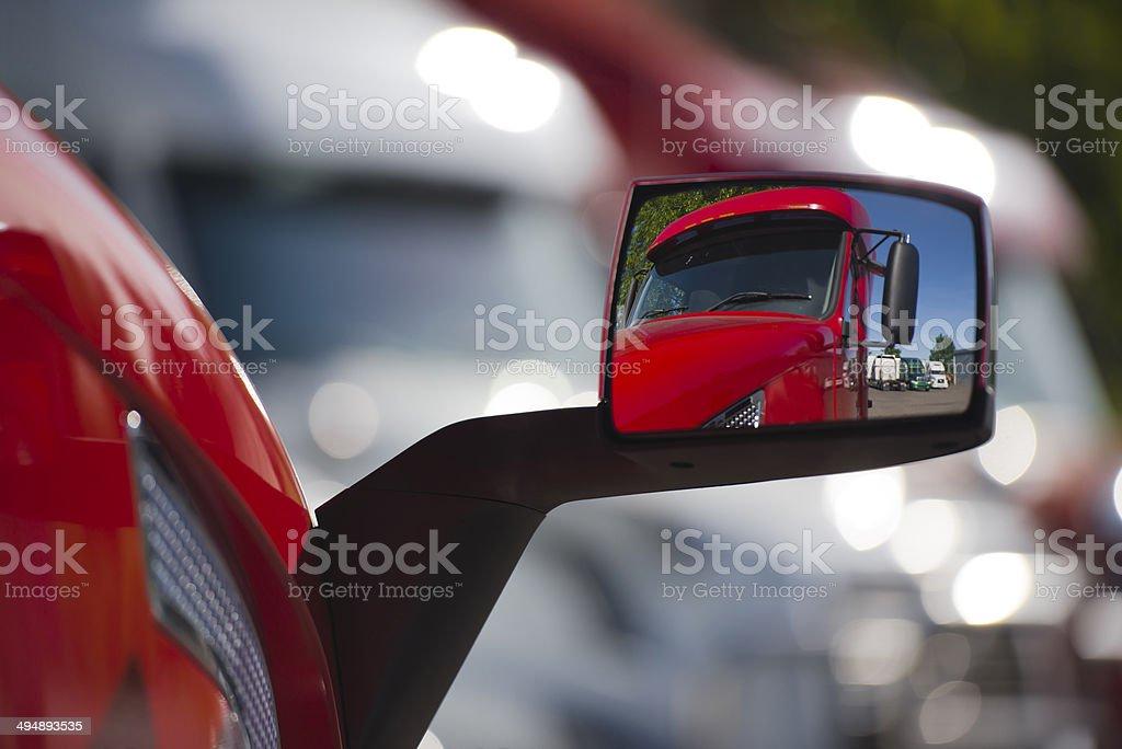 Riflesso del camion rosso in stile moderno per il trucco foto stock royalty-free