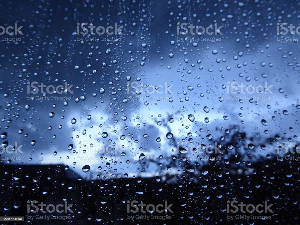 Regentropfen auf Fenster nach Sturm stock photo