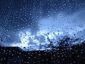 Regentropfen auf Fenster nach Sturm
