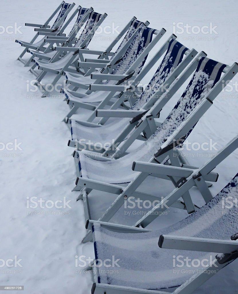 Reihe Liegest?hle im Schnee stock photo
