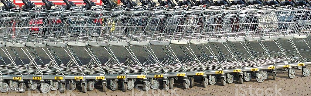 Reihe von Einkaufswagen im Supermarkt stock photo