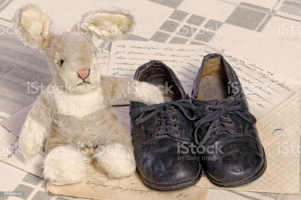 Remembrance of Childhood Concept: Vintage Toy Bunny and Children's Shoes – Foto