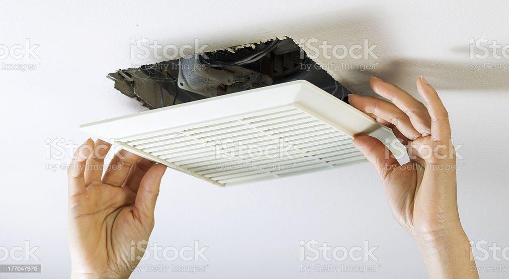 Entfernen Badezimmer Lüfter Vent Abdeckung Innen Reinigen Lizenzfreies  Stock Foto