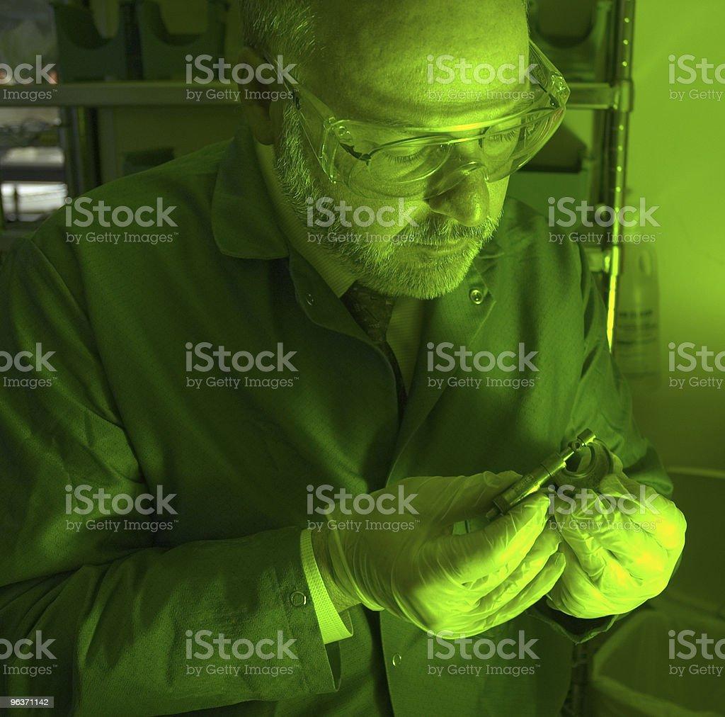 Tecnico di ricerca sotto luce verde foto stock royalty-free