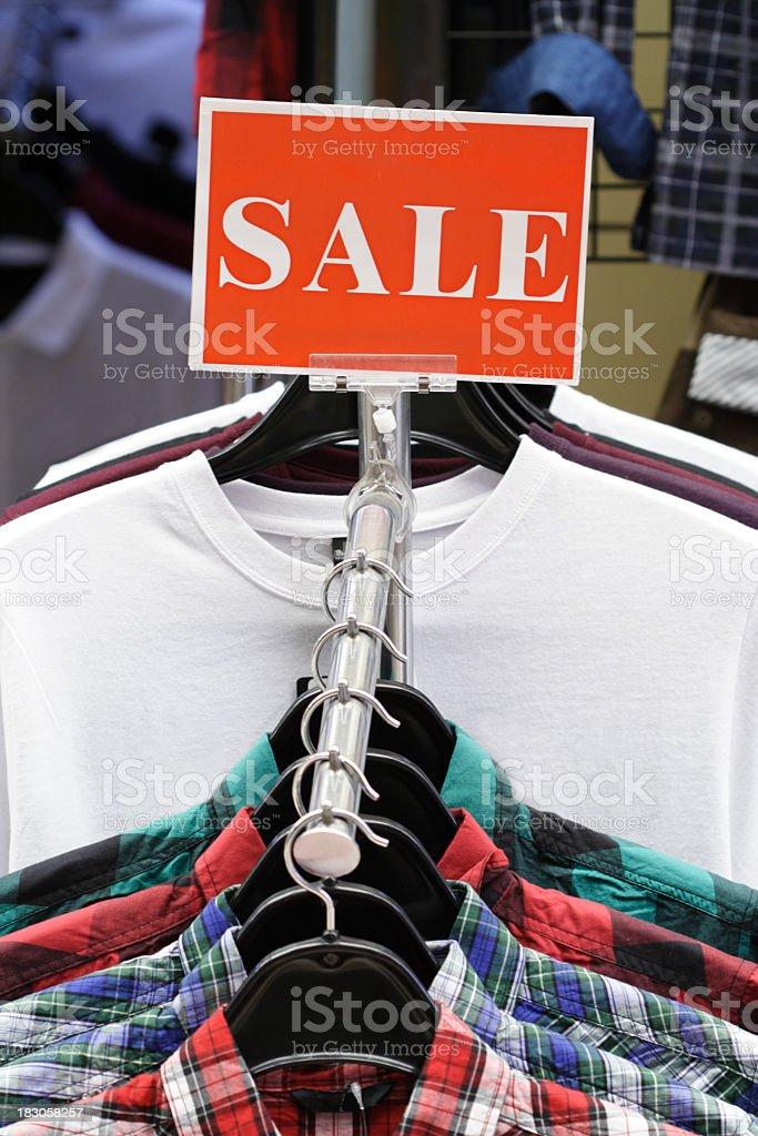 Einkaufsmöglichkeiten Sale-Kleidung in Mode speichern Lizenzfreies stock-foto